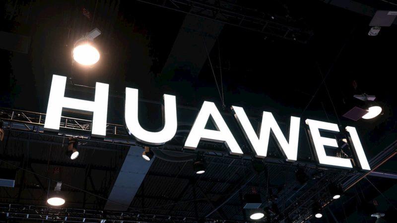 Logo da Huawei em estande