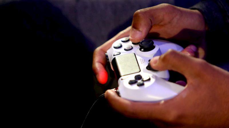 Pessoa com um joystick da Sony