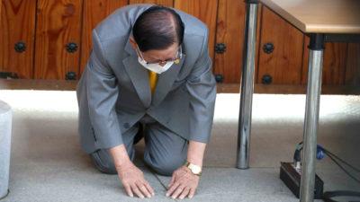 Lee Man-hee, líder da igreja Shincheonji, faz reverência durante coletiva de imprensa em instalações da igreja em Gapyeong, na Coreia do Sul. Crédito: Pool/AFP/Getty