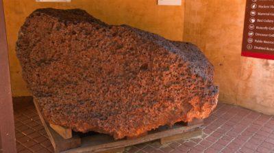 Massa do meteorito Mundrabilla. Os cientistas encontraram grãos de material supercondutor em um pequeno fragmento de Mundrabilla. Crédito: Graeme Churchard/Wikimedia Commons
