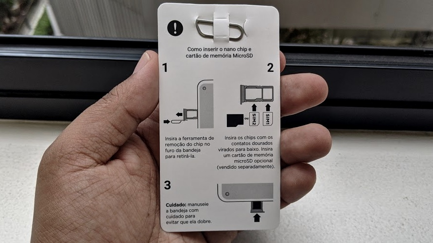Guia da Motorola ensina onde fica a gaveta do SIM card