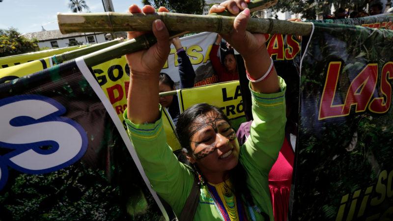 Indígena protesta em Quito, Equador, contra extração de recursos da floresta amazônica. Crédito: AP