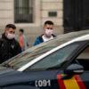 Polícia aborda dois rapazes na Espanha. Crédito: Pablo Blazquez Dominguez (Getty Images)