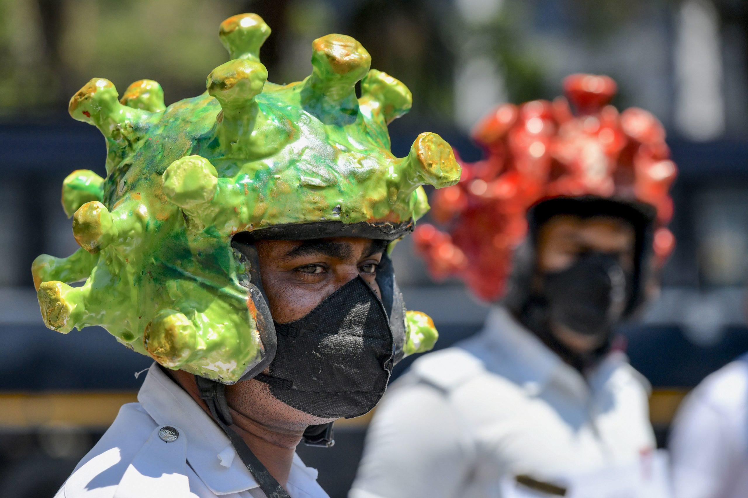 Em Bangalore, policiais de trânsito usam o capacete temático para participar de campanha para educar a população durante o lockdown imposto pelo governo da Índia. Crédito: Getty Images