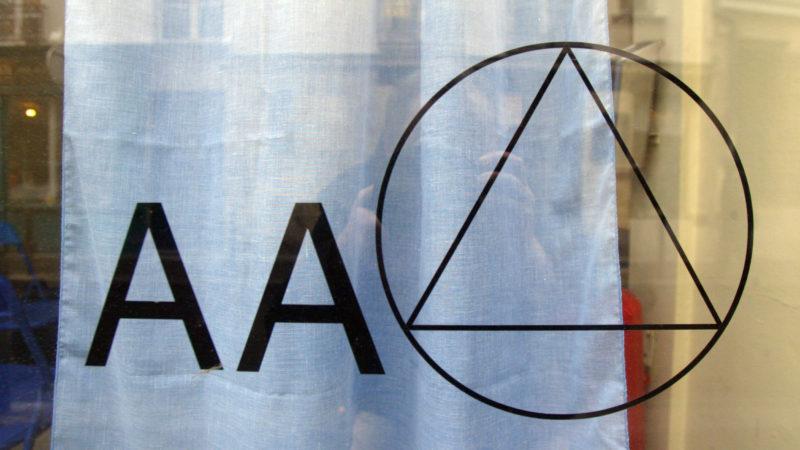 Logotipo do AA em escritório da instituição na França. Crédito: Getty Images