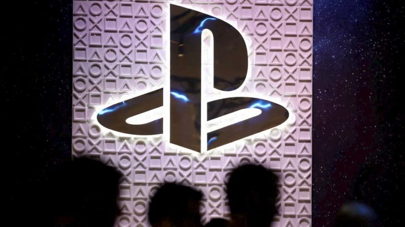 Logo do PlayStation em estande da Sony