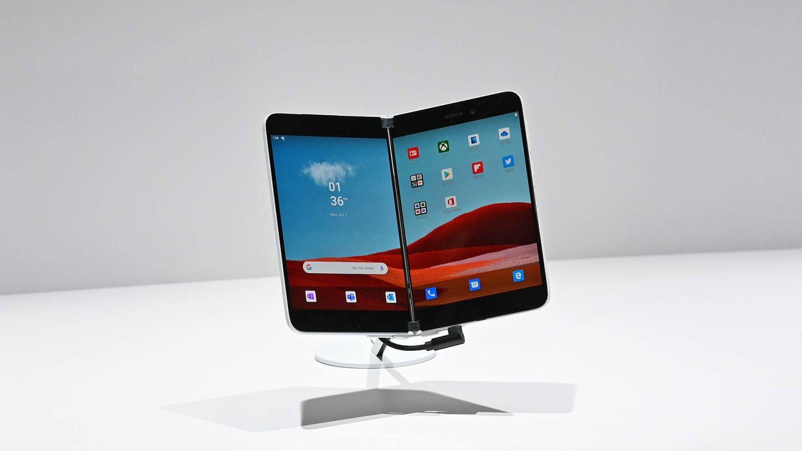 Aparelho Surface Duo -- um smartphone dobrável com duas telas na parte de dentro