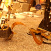 Teste na Terra mostrando o braço pressionando a toupeira. Crédito: NASA/JPL-Caltech