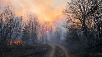 Incêndio perto da aldeia de Volodymyrivka, na zona de exclusão em torno da central nuclear de Chernobyl