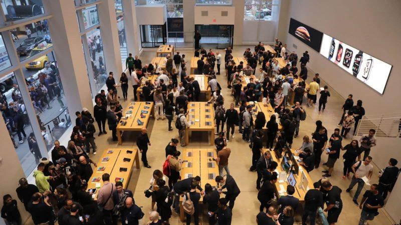 Pessoas em uma Apple Store