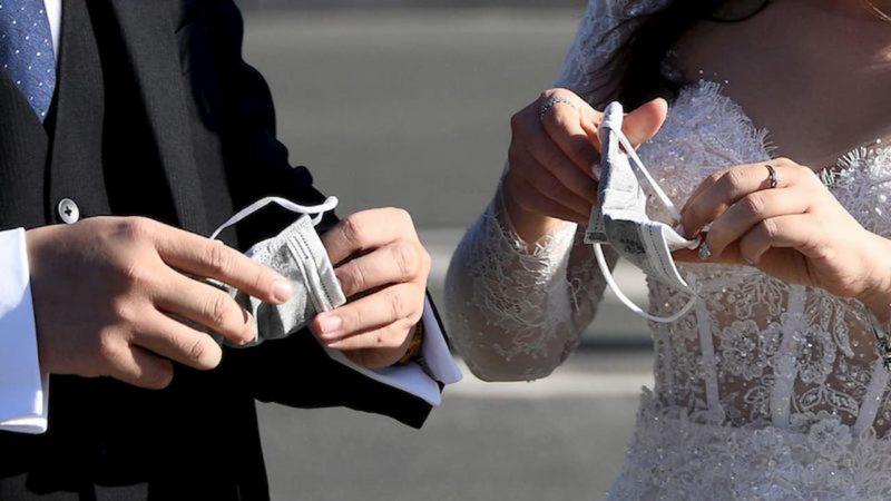 Casal colocando máscara de proteção facial