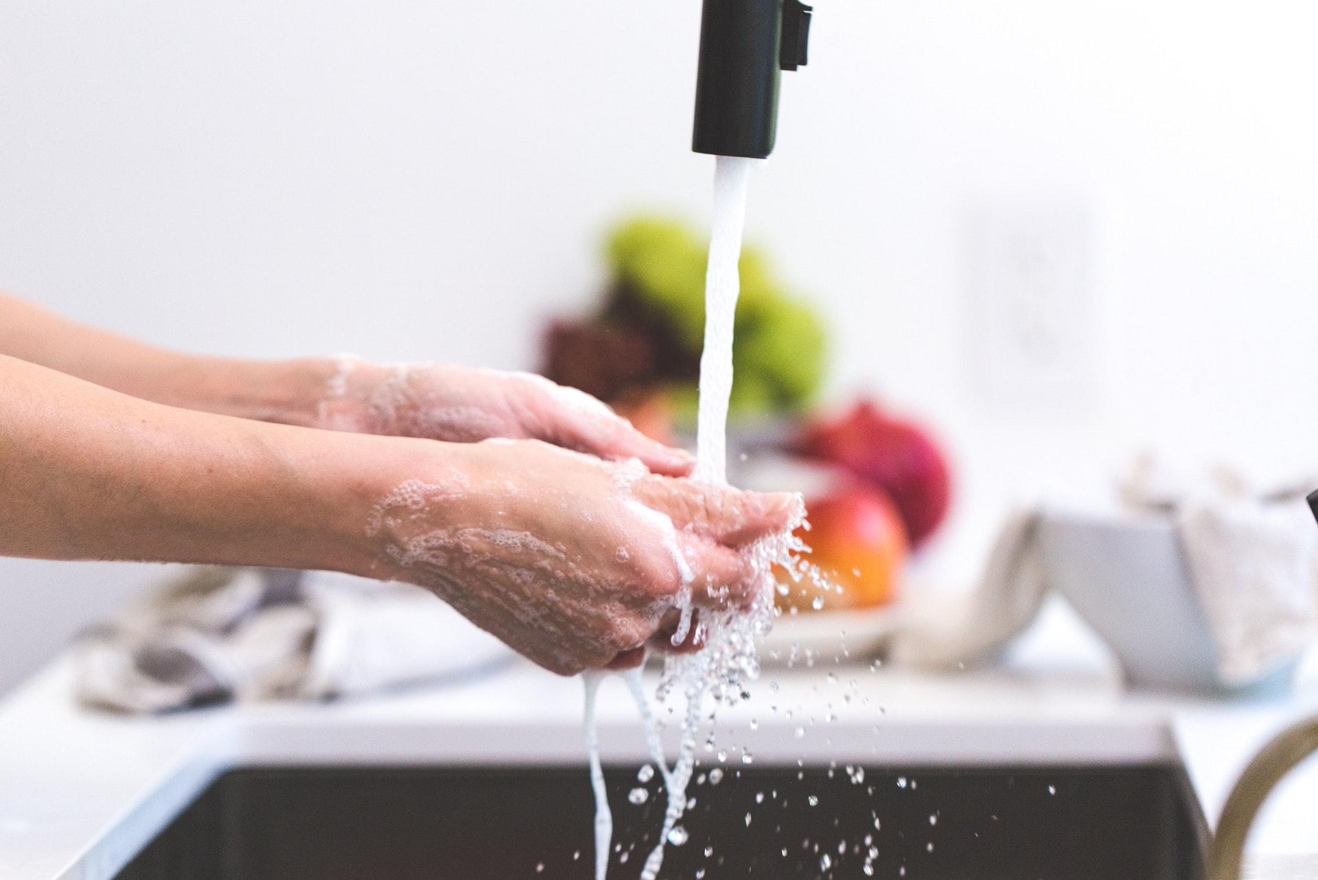 Pessoa lavando as mãos. Crédito: Pexels