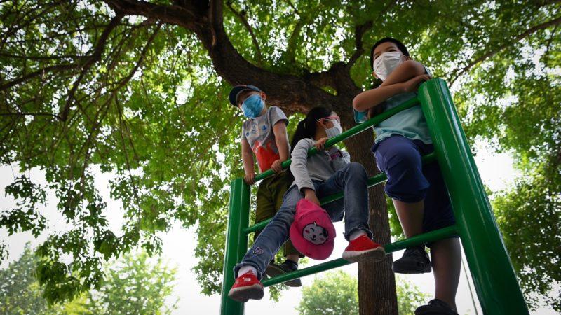 Crianças chinesas usando máscara. Crédito: Getty Images