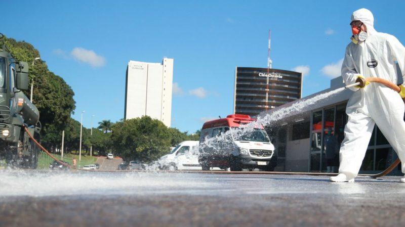 Forças Armadas promovem ação de desinfecção no Hospital Regional da Asa Norte (HRAN), uma das medidas adotadas para prevenir a contaminação pelo novo coronavírus. Crédito: Marcello Casal Jr/Agência Brasil