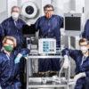 Seis membros dos 12 engenheiros envolvidos na criação do VITAL, um novo respirador para pacientes de COVID-19. Crédito: NASA/JPL-Caltech
