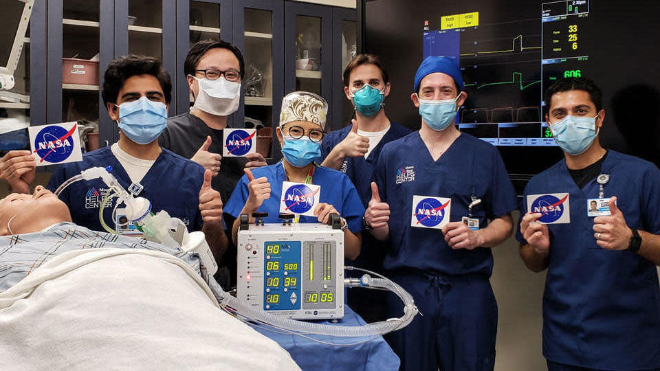 Médicos do Icahn School Medicine no Monte Sinai na cidade de Nova York dão ok após testarem um respirador protótipo desenvolvido pela NASA. Crédito: Icahn School of Medicine at Mount Sinai