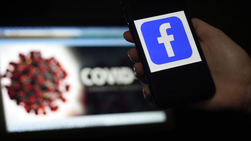 Logotipo do Facebook com ilustração do coronavírus em segundo plano