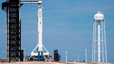 Foguete Falcon 9 da SpaceX com a cápsula do Crew Dragon não tripulada