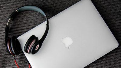 MacBook e fone de ouvido
