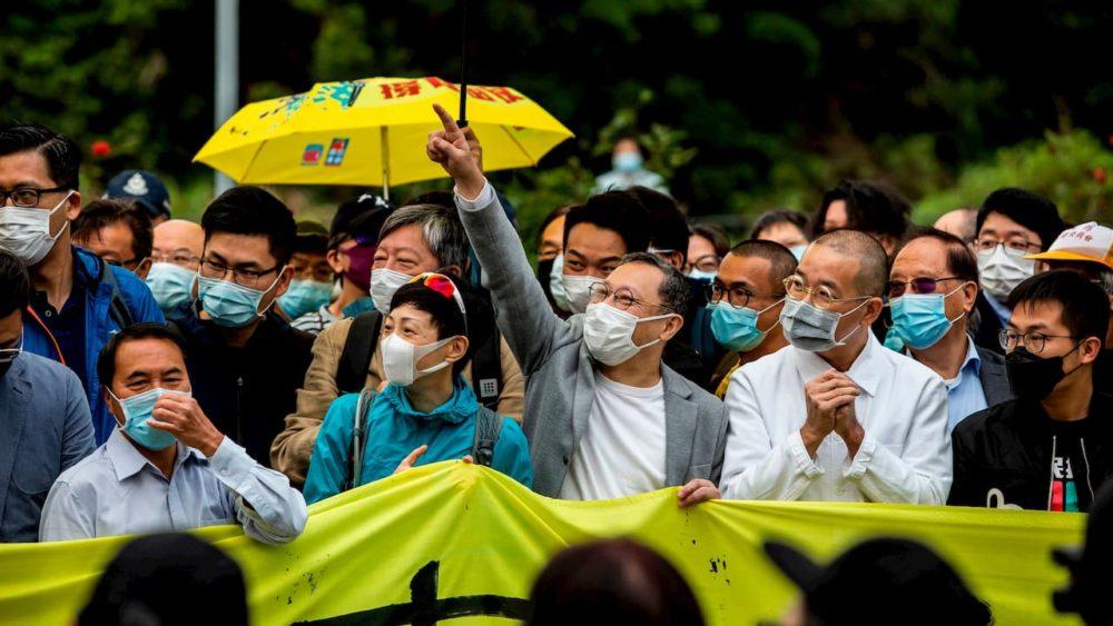 Mesmo com pandemia, tribunal de Hong Kong mantém proibição de máscaras para reprimir protestos