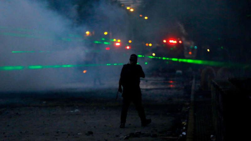 Luzes com policial. Crédito: Marcelo Hernandez/Getty Images