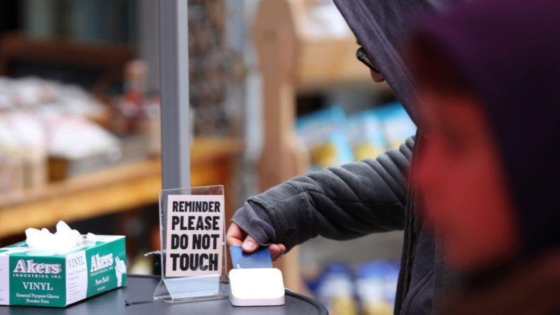 Pessoa passando cartão em loja