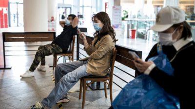 Clientes esperam em um shopping center em Wuhan, China, no dia 25 de abril