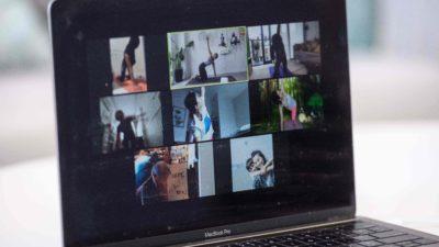 Pessoas usando a plataforma de videoconferência. Crédito: Anthony Wallace/Getty Images