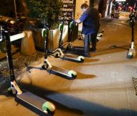 Os patinetes foram novamente colocados em vias urbanas. Eles tinham sido retirados quando a pandemia começou. Crédito: Getty Images
