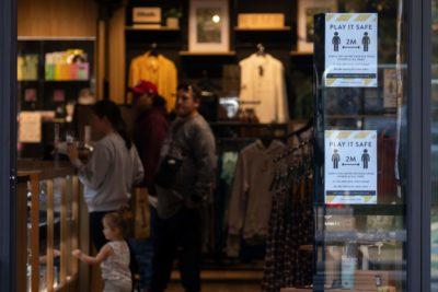 Os neozelandeses foram às compras em Christchurch, embora houvesse muitas placas para lembrar as pessoas de que deveriam permanecer a dois metros de distância dos outros. Crédito: Getty Images