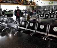 Os aeroportos também têm placas instruindo as pessoas a não se sentarem próximas, como nesta foto do aeroporto de Christchurch. Crédito: AP