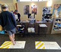 Também existem algumas placas nas lojas mostrando onde as pessoas podem ficar, como nesta loja de artigos esportivos. Crédito: AP
