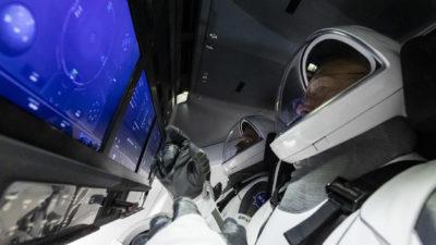 Astronautas da NASA durante teste em cápsula em janeiro de 2020. Crédito: SpaceX