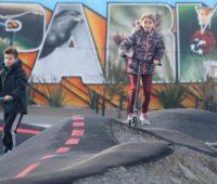 As crianças foram ao parque para andar de patinete. Crédito: Getty Images
