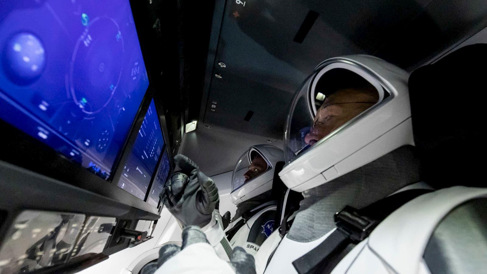 Behnken e Hurley dentro da cápsula Crew Dragon