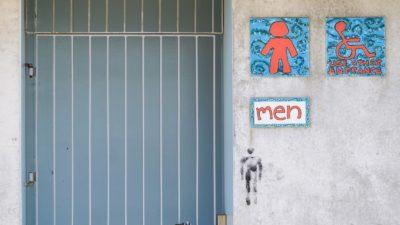 Um banheiro público fechado em Christchurch, Nova Zelândia.