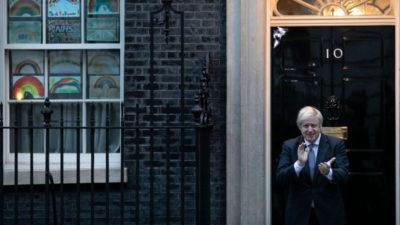 Boris Johnson aplaude trabalhadores da saúde durante pandemia de COVID-19 em 30 de abril de 2020. Crédito: Dan Kitwood/Getty Images