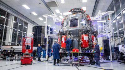 Equipe da SpaceX trabalha na cápsula Crew Dragon. Crédito: Philip Pacheco (AFP via Getty Images)