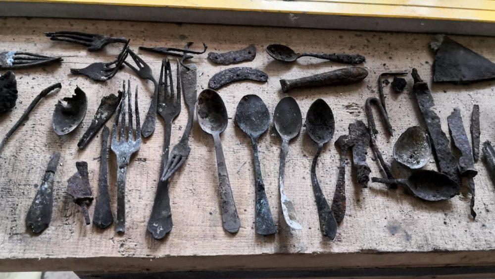 Ferramentas de prisioneiros são encontradas escondidas em chaminé de Auschwitz
