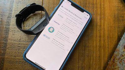 Fitbit ao lado de smartphone