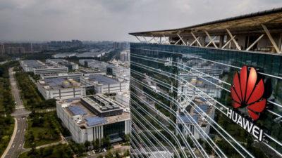Fachada de prédio da Huawei, com logo da marca.