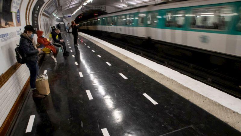 Uma estação de metrô em Paris, na França