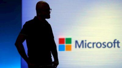 Silhueta de Satya Nadella com logo da Microsoft ao fundo