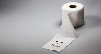 Papel higiênico com um rosto desenhado