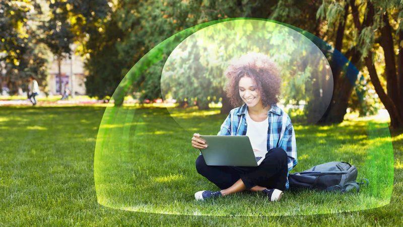 Pessoa sentada envolta de uma bolha protetora