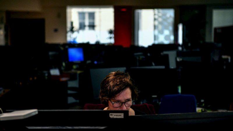 Pessoa em frente a um monitor