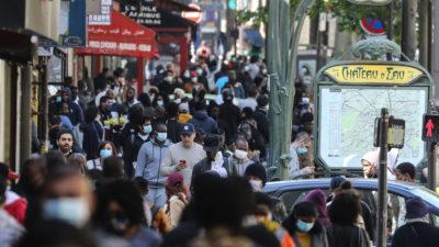 Pessoas em rua lotada na França. Crédito: Getty Images