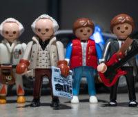 Por mais US$8, você ganha mais uma edição dos bonecos do Marty McFly e do Doc com roupas da década de 1950