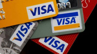 Cartões de crédito com bandeira Visa. Crédito: Getty Images