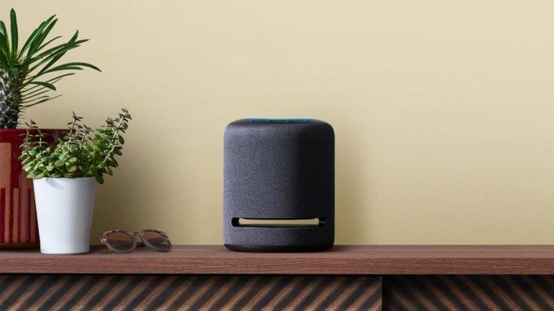 Amazon Echo Studio sobre uma mesa